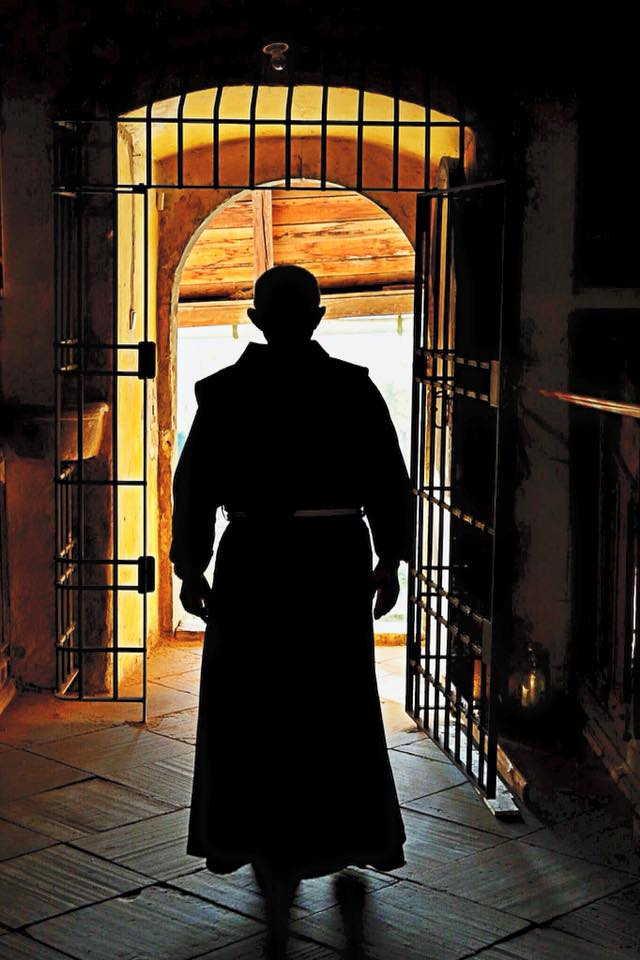 Bratr Ivan vycházející z kostela Nalezení sv. kříže na Křížovém vrchu